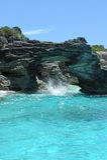 Agua azul y rocas en la configuración tropical escénica Foto de archivo libre de regalías