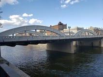 Agua bajo el puente Solamente la falta de la cosa es un barco fotografía de archivo
