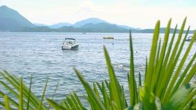 Agua, barco y montañas almacen de video