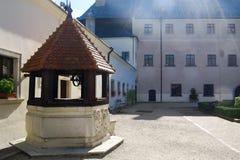 Agua bien en el ½ KameÅ de Äervenà del patio del castillo Imagen de archivo