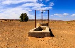 Agua bien en el desierto del Sáhara Imagen de archivo