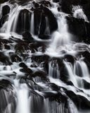 Agua blanca en roca negra Imágenes de archivo libres de regalías