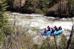 Agua blanca que transporta en balsa en el río azul Fotos de archivo libres de regalías