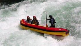 Agua blanca que transporta en balsa en un río
