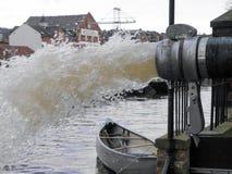 Agua bombeada a través del tubo foto de archivo