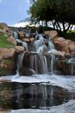 Agua borrosa cascada de conexión en cascada con la reflexión Imagen de archivo