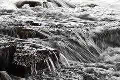 Agua borrosa que cae Imagen de archivo libre de regalías
