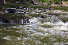 Agua borrosa que cae Foto de archivo