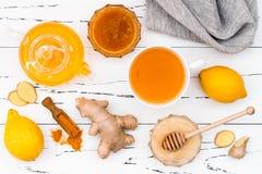 Agua caliente del limón con el jengibre, pimienta, la cúrcuma y la miel Bebida del Detox Imágenes de archivo libres de regalías