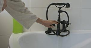 Agua caliente para el baño metrajes