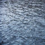 Agua chispeante azul del río de Neva en St Petersburg, Rusia foto de archivo