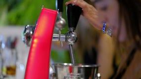 Agua chispeante de colada del camarero en la barra Tiro del primer almacen de video