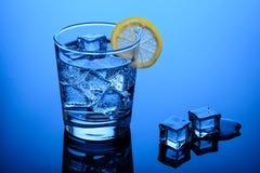 Agua chispeante de consumición con hielo imágenes de archivo libres de regalías