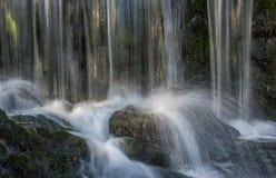 Agua chispeante en la pequeña cascada Imagen de archivo libre de regalías