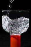Agua chispeante pura en un vidrio Imágenes de archivo libres de regalías