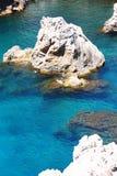 Agua clara azul profunda entre las rocas Fotos de archivo libres de regalías