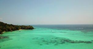 Agua clara de la turquesa Yates, flotaci?n de los barcos pendiente del agua de la luz a azul marino Phi Phi Don Island almacen de video