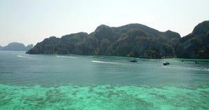 Agua clara de la turquesa Yates, flotaci?n de los barcos pendiente del agua de la luz a azul marino Phi Phi Don Island metrajes