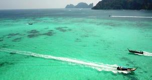 Agua clara de la turquesa Yates, flotaci?n de los barcos pendiente del agua de la luz a azul marino Phi Phi Don Island almacen de metraje de vídeo