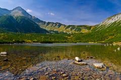 Agua clara de un lago en las montañas de Tatry Bielskie Fotos de archivo