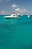 Agua clara del torquoise, yates, barcos Imágenes de archivo libres de regalías