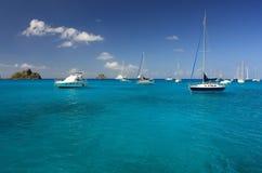 Agua clara del torquoise, yates, barcos Foto de archivo libre de regalías