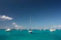 Agua clara del torquoise, yates, barcos Foto de archivo