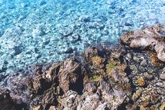 Agua clara en costa rocosa del mar adriático en Dubrovnik, Croacia Foto de archivo