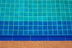 Agua clara en el brillante azul de la piscina Fotos de archivo
