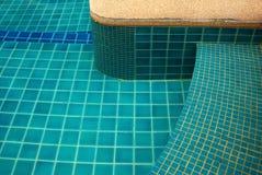 Agua clara en el brillante azul de la piscina Fotografía de archivo libre de regalías