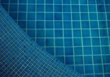 Agua clara en el brillante azul de la piscina Imágenes de archivo libres de regalías