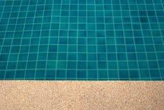 Agua clara en el brillante azul de la piscina Imagen de archivo libre de regalías