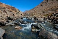 Agua clara en el río rugoso de la montaña Fotografía de archivo