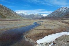Agua clara en el río rugoso de la montaña Imagen de archivo libre de regalías