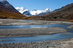 Agua clara en el río rugoso de la montaña Imagen de archivo