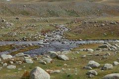 Agua clara en el río rugoso de la montaña Imágenes de archivo libres de regalías