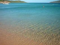 Agua clara hermosa en una playa en Córcega, Francia Fotografía de archivo