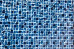 Agua clara, pura y transparente hermosa en piscina Azulejos de mosaico azules Imagenes de archivo