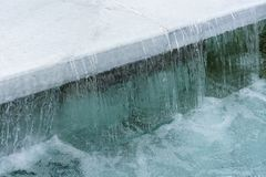 Agua clara que fluye de una losa blanca del granito fotografía de archivo libre de regalías