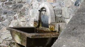 Agua clara y fría que fluye del tubo del metal, fuente, lugar del agua almacen de metraje de vídeo