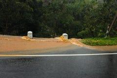Agua coloreada con el fango amarillo que va abajo del camino Fotografía de archivo libre de regalías