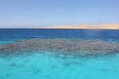 Agua colorida en el mar imagen de archivo libre de regalías