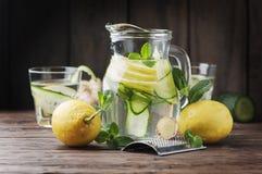 Agua con el limón, el cucmber y el jengibre Fotos de archivo libres de regalías