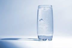 Agua con las burbujas de aire en vidrio transparente Imagenes de archivo