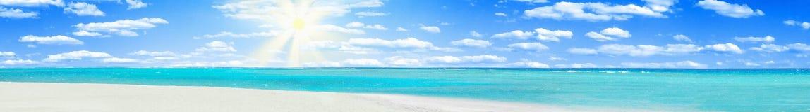 Agua coralina azul clara de un Mar Rojo Imagen de archivo