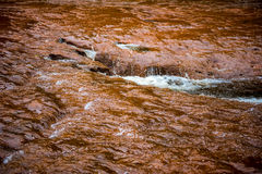 Agua corriente de la corriente clara Fotos de archivo libres de regalías