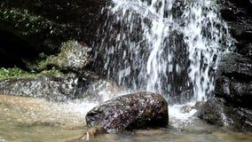 Agua corriente de la cueva del palo de Sanmin en el distrito de Fuxing, Taoyuan, Taiwán almacen de metraje de vídeo