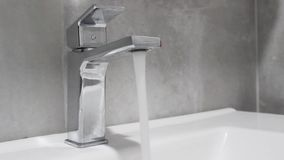 Agua corriente de un golpecito de agua metrajes