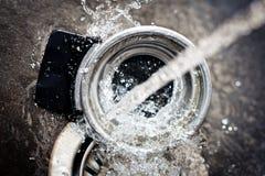 Agua corriente que salpica en un fregadero Fotografía de archivo libre de regalías