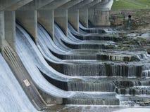 Agua corriente sobre la presa Fotos de archivo